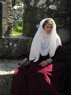 Velvet cotehardie, linen cotte, 2-piece wimple. Time Travel, Medieval, Folk, Velvet, Costumes, My Style, How To Wear, Inspiration, Fashion