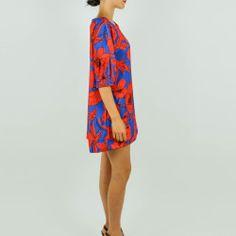 vestito-blu-con-fiori-rossi-lato