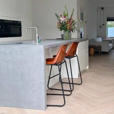 Leren industriele barkruk met rugleuning kookeilandhoogte Small Spaces, Living Room, Interior, Kitchen, Table, House, Furniture, Design, Home Decor