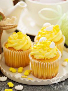 Cupcakes with lemon cream - Cupcakes alla crema di limone: ecco i dolcetti americani più fashion e golosi del mondo. Coloratissimi e decisamente raffinati, in questa versione! Cookies Cupcake, Sweet Cupcakes, Cupcake Frosting, Mini Cupcakes, Cap Cake, Cake & Co, Mini Desserts, Ricotta, Something Sweet