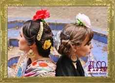 """""""Andalucía en Buenos Aires"""" Nuevo catálogo de complementos flamencos 2014 de AmapolasMoras   Ariana: Peinetas de la linea """"Joyas de Triana"""" Tejidas modelo """"Pastora"""" en dorado, Aros de la misma linea tejidos en argolla con flor en dorado y crema, flor chica color ocre, y flor grande roja.   Marina: Peinetas dobles modelo """"Filigrana 2"""" color plateado, Aros de argolla de metal esmaltado en negro y gris, mantoncillo a medida de gasa de seda bordada en negro con flecos artesanales y flor grande…"""