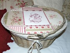 Mon panier de mercerie ancienne Shabby Chic, Sewing Box, Deco, It Is Finished, Basket, Album, Hipster Stuff, Baskets, Haberdashery