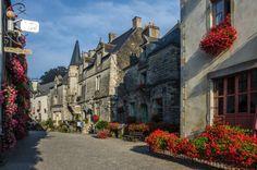 Una ruta en coche en Bretaña francesa por 15 pueblos detenidos en el tiempo Beautiful Places To Visit, Bordeaux, Places To Go, Road Trip, Wanderlust, Street View, Paris, Mansions, World