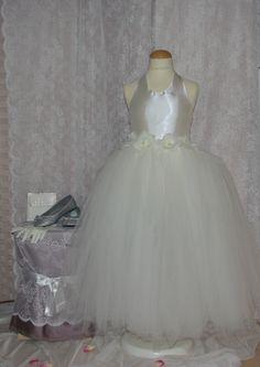 Ook bij Corrie's kan je kiezen voor de tutujurk. Model Donna is een losse rok met een satijnen top. Deze heeft bloemen aan de voorkant bij de taille. De jurk kan in de kleur ivoor, maar ook in andere kleuren. Of met andere bloemen. Zonder top, maar dat de jurk hoger begint. Het kan allemaal bij Corrie's bruidskindermode. bruidskindermode.nl. Trouwen, huwelijk, bruiloft, bruidskinderen, bruidsmeisjes, bruidsmeisje, bruidsmeisjesjurk, communiejurk.