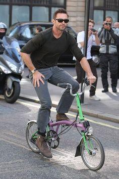 hugh jackman en bici plegable.