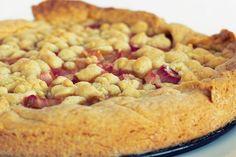 Es ist immer eine gute Idee einen klassischen Streuselkuchen mit Früchte zu verfeiner. Aktuell ist es Rhabarber, der streng genommen ja kein Obst ist. Aber egal, der Kuchen schmeckt himmlisch und ist einer meiner absoluten Lieblinge. Zu finden auf meinem Blog #butterundbroesel Apple Pie, Desserts, Food, Good Ideas, Fruit, Don't Care, Apple Cobbler, Tailgate Desserts, Deserts