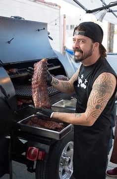 Another Dave Grohl Sighting! This time he's doing ribs on a Lang! Nirvana Lyrics, Pat Smear, Foo Fighters Dave Grohl, Taylor Hawkins, Bbq Pitmasters, Halestorm, Rock Shirts, Music Humor, Gibson Les Paul