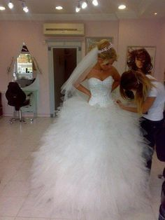 I am loving this HUGE poofy dress, not sure if I could pull it off but she sure can!
