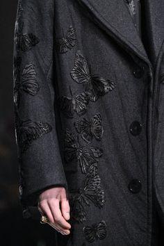 Alexander McQueen - - Inspiração The Dreamers Vicunha Textil Trendy Fashion, High Fashion, Fashion Show, Mens Fashion, Fashion Trends, Runway Fashion, Couture Details, Fashion Details, Fashion Design