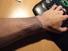 Tatouage homme poignet pointillés
