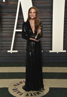 Pin for Later: Die Outfits der Vanity Fair Afterparty waren fast noch besser als die Kleider der Oscars Alicia Vikander in Louis Vuitton