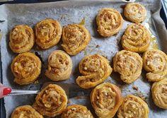 Kolbászos-füstöltsajtos csiga | Kovacs Dana (Danadi's Kitchen) receptje - Cookpad receptek Bacon, Muffin, Breakfast, Ethnic Recipes, Kitchen, Food, Morning Coffee, Cooking, Kitchens