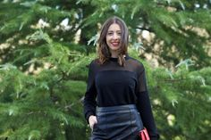 midilema.com | Christmas events | Lucía Peris is wearing black leather skirt, black sweater with off the shoulder effect (sheer fabric), black ankle boots, and red clutch for special occasions. // Lucía Peris lleva falda de cuero negra, jersey negro con efecto palabra de honor (transparencias), botines negros, y bolso de mano de color rojo para ocasiones especiales.
