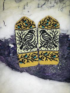 Wintery birds mitten pattern with the thumb gusset. The mittens are knitted using just two colors at a time, the birds chests are embroidered with duplicate stitch afterwards. Sweater Knitting Patterns, Knitting Stitches, Knitting Yarn, Hand Knitting, Hat Patterns, Stitch Patterns, Fingerless Mittens, Knit Mittens, Knitted Hats