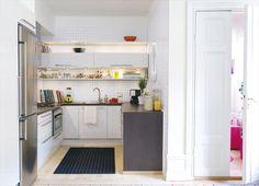 Kleine keuken in U-opstelling - smalle bovenkastje - open planken - diverse materialen - losse koelkast in inbouwkast...