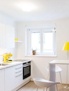 Der zitronengelbe Schirm der Stehleuchte Costanza setzt einen starken Akzent. Das Licht der Stehleuchte kann gedimmt werden und somit auch an die unterschiedliche Nutzung der Küche angepasst werden.  Konzept: Franke Leuchten | Lichtkonzept | Referenzen | Costanza | gelb | Farbakzente | Küche | Luceplan #luceplan #led #costanza #wohnakzente #lichtkonzept #frankeleuchten #unsereideenleuchten Luce Plan, Table, Life, Furniture, Home Decor, Home Architect, Yellow, Light Fixtures, Homemade Home Decor