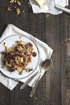 Radicchio-Pasta mit Walnüssen und getrockneten Tomaten. Holunderweg 18