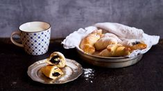 Mák patří díky bohatému obsahu vápníku mezi české superpotraviny. Dopřávejte si ho tedy pravidelně. Můžete to zkusit třeba vpodobě lahodných kynutých rohlíčků! Pavlova, Ricotta, Sweet Recipes, Pancakes, Pudding, Breakfast, Desserts, Food, Morning Coffee