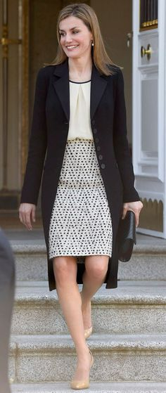 Queen Letizia of Spain receives the President of Colombia Juan Manuel Santos and Maria Clemencia Rodriguez de Santos at El Prado Royal Palace in Madrid Business Casual Outfits, Office Outfits, Classy Outfits, Casual Office, Princess Letizia, Queen Letizia, Power Dressing, Office Fashion, Work Fashion