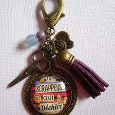 """Bijou de sac """"scrappeuse qui déchire"""", cabochon bronze, bijou fantaisie"""