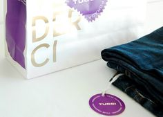Bolsa y hang tag para liquidación de temporada de Tucci, bajo concepto Arrivederci, primavera verano 2012. Realizado en Estudio FBDI. Detalle lateral bolsa y hang tag.
