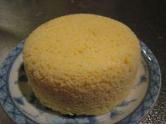 レンジでクイック☆おから蒸しパン       おから100%、ふんわりしっとり優しいたまご味の蒸しパンです。思い立ったら5分でできる手軽さです♪         材料 生おから 50g 砂糖 大さじ1 ベーキングパウダー 小さじ1/3 卵 1個 バニラエッセンス 2.3滴  作り方 1  すべての材料をタッパーに入れ、よく混ぜます。 2 ふたを軽くのせて600Wのレンジで2分加熱します。 3  約2倍に膨れます。ふたをしたままひっくり返して2、3分おいておくとよりしっとりします。 コツ・ポイント   水分の少ないおからの場合、牛乳やヨーグルトを大さじ1くらい加えたほうがしっとりします。全量166kcal、食物繊維は1日の必要量の1/3が摂取できます。