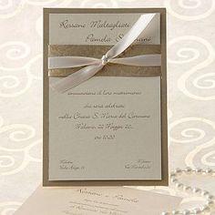 Partecipazione composta da un cartoncino dorato e un cartoncino effetto seta, legati insieme da un nastro in raso avorio e da una fascia dorata
