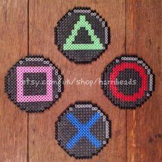 Ensemble de 4 playstation contrôleur bouton dessous de verres en perles hama. Propose le X, boutons carré, cercle et triangle de contrôleurs de playstation. Chacun mesure 3 3/4 pouces par 3 3/4 pouces. Idéal pour un gamer ou jeux fan. Parfait pour placer des tasses, verres ou bouteilles