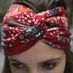 """Pour coudre ce turban twisté (le fameux """"twisted headband"""" qui fait fureur dans la blogosphère mode), rien de plus facile ! Un peu de tissu, du fil, une aiguille et quelques minutes suffisent. On peut même coudre son turban twisté sans machine à coudre. Elle est pas belle la vie ?! 1)On coupe un grand rectangle de tissu. Largeur : 2 fois la largeur finale qu'on veut avoir pour son headband (par exemple 7cm x2 = 14cm). Longueur : 2 fois le périmètre de la tête."""