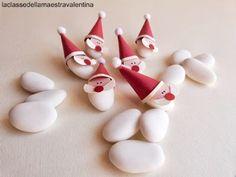 Quando ho guardato i confetti bianchi, mi è venuto in mente di utilizzarli come barbe di Babbo Natale. Così, facendo un piccolo cap...