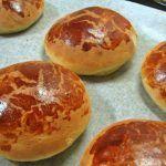 Brioches Morenos Bolo Grande, Hamburger, Deserts, Muffin, Bread, Baking, Bulletin Board, Ethnic Recipes, Cupcake