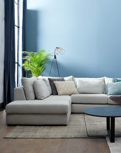 Combineer een rustige bank met een felle muur! Condo Living, Living Room, Outdoor Furniture Sets, Outdoor Decor, Led, Color Combinations, House Warming, My House, Modern