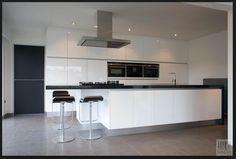 Kitchen Decor, Kitchen Inspirations, Interior Design Kitchen, White Modern Kitchen, Kitchen Living, Kitchen Diner Extension, Kitchen Renovation, Kitchen Layout, Home Decor