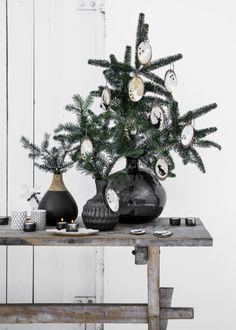 Een alternatief voor een kerstboom: mooie takken in een vaas plus diy hangers. Christmas diy wood styling Marieke de Geus Fotografie Barbara Groen Margriet 50 publicatie