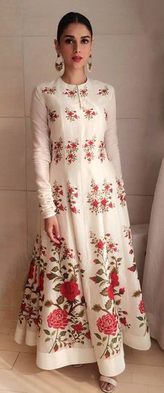 21 Trendy Wedding Guest Outfit Indian Maxi Dresses - All About Pakistani Dresses, Indian Dresses, Indian Outfits, Indian Attire, Indian Wear, Ethnic Fashion, Asian Fashion, White Fashion, Desi Clothes