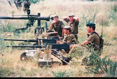 South African troops training with the and a recoilless rifle stands in the background Military Art, Military History, Military Uniforms, South African Air Force, Army Day, Military Special Forces, Military Training, Defence Force, Troops