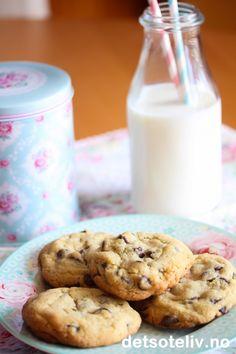 """Nystektecookies er deilige hele året! Denne oppskriften gir litt tykke cookies som beholder en myk og """"chewy"""" konsistens etter steking. Så gode å spise mens de er varme, gjerne med et glass kald melk."""