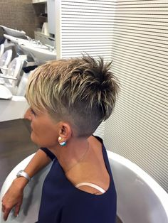 Beta I razor cut Hair and beauty Very short hair, Short pixie how to style short razor cut hair - Hair Cutting Style Funky Short Hair, Short Grey Hair, Very Short Hair, Short Hair Cuts For Women, Short Hair Styles, Short Cuts, Layered Pixie Cut, Pixie Cuts, Razor Cut Hair