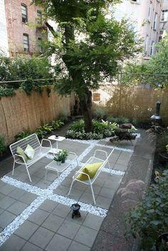 terrasse en dalles de béton gris et gravier décoratif assorti