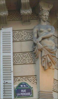 La rue La Pérouse et la cariatide...  (Paris 16e)