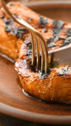 The BEST Pork Chop Marinade! Get the perfect juicy, tender and delicious pork chop off your grill every single time with this delicious and easy Pork Chop Marinade! Its made with pantry staples and so delicious! You are going to love this marinade recipe! Easy Pork Chop Marinade, Meat Marinade, Marinade For Pork Tenderloin, Pork Marinade Recipes, Steak Tenderizer Marinade, Boneless Pork Chop Marinade, Marinade For Ribs, Pork Chops On Grill, Brine For Pork Chops