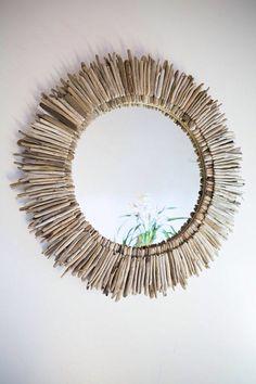 Miroir décoré avec des morceau de bois, brindilles, feuilles, trouvés dans la nature.