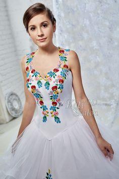 Magyaros menyasszonyi ruha kalocsai hímzéssel díszítve. A hagyományos motívumok mellett a hercegnős, tüllös vízfodros alj teszi különlegessé. Graduation, Wedding Dress, Dresses, Fashion, Bridal Gowns, Boyfriends, Bride Groom Dress, Vestidos, Moda