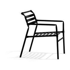 Straw Lounge är en loungestol helt i stål. Det som gör Straw Lounge unik är sättet stålröret är deformerat på. Istället för att använda sig av rör formade i mjuka radier har designerduon Osko   Deichmann låtit knäcka stålröret. Det knäckta röret är det mest direkta sättet att deformera ett rör på. Kontrasten till rörets runda form gör att stolen nästan ser ut att vara skapad för hand.