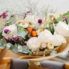 Falta exatamente 1 semana pro Dia das Mães!  Encomende já o seu bouquet pra fazer o domingo dela mais florido e colorido  . Teremos bouquet nos tamanhos: P: média de 10 hastes - R$60,00* M: média de 15 hastes - R$80,00* ( tamanho da foto) G: média de 20 hastes - R$120,00* . Aceitaremos encomendas até o dia 06/05 através do e-mail: contato@studiolily.com.br  . *A taxa de entrega não está incluida no valor. Bouquet feito com flores variadas da estação.  Foto: @the_kreulichs