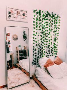 To decorate your room with little money Zimmer Einrichten Cute Room Decor, Teen Room Decor, Bedroom Decor Ideas For Teen Girls, Bedroom Decorating Ideas, Bedroom Ideas For Small Rooms Women, Tumblr Room Decor, Tumblr Rooms, Target Room Decor, Room Decor Teenage Girl