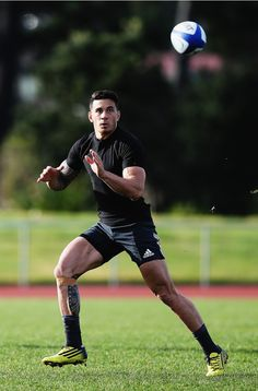 Sonny Bill Williams of the New Zealand All Blacks Soccer Guys, Soccer Stars, Rugby Jersey Design, All Blacks Rugby Team, Sonny Bill Williams, Dan Carter, Australian Football, Rugby Men, Rugby Players