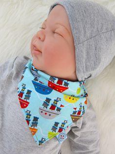 Halstücher für Babys sind nicht nur hübsche Accessoires, spätestens wenn die ersten Zähnchen sich nach oben schieben, wirst du einen ganzen Stapel im Schrank haben wollen. Die süßesten und lustigsten Halstücher sind selber genäht und...