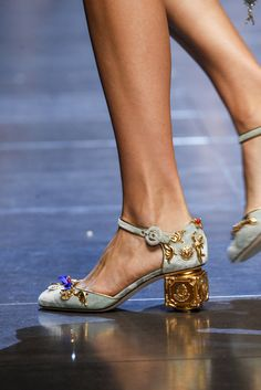 2017 New Metallic Flowers Cover Women Mary Janes Pumps Square Gold Heel Royal Court Retro Dress Shoes Party Shoes For Ladies Dolce & Gabbana, Dream Shoes, Crazy Shoes, Me Too Shoes, Mary Janes, Shoe Boots, Shoes Heels, Mode Chic, Spring Shoes