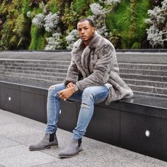 Casual winter outfit idea with a light wash ripped denim gray suede chelsea boots gray fur coat white shirt watch. Grey Suede Chelsea Boots, Chelsea Boots Outfit, Light Blue Ripped Jeans, Ripped Jeans Men, Skinny Jeans, Men Looks, Camisa Lisa, Stylish Mens Fashion, Men's Fashion